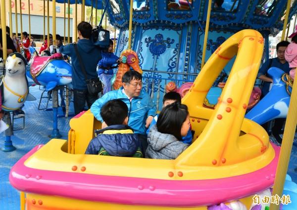 台北市長柯文哲視察兒童新樂園,並在園區體驗各項設施。(記者王藝菘攝)