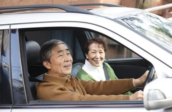 高齡駕駛肇事率高,日本政府呼籲老年人放棄駕照。(圖擷自kaigo.suumo.jp)