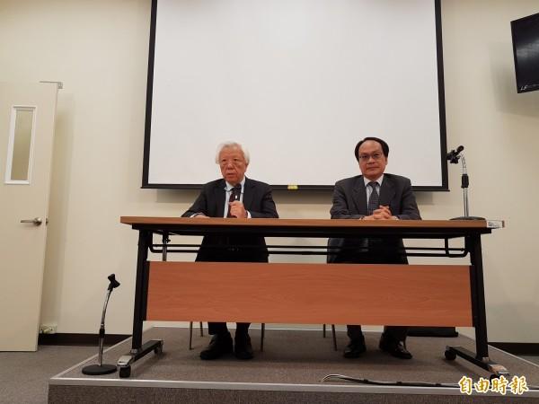分組會議召集人瞿海源(左),會後公布決議內容,包括環境法制層面、組織層面,以及民眾參與層面等3大部分。(記者錢利忠攝)