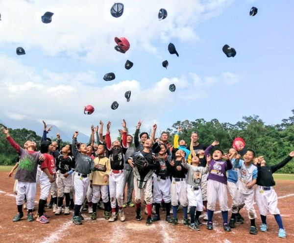 長濱國小棒球隊重組後,首先面臨的就是組訓經費難籌。(記者黃明堂翻攝)