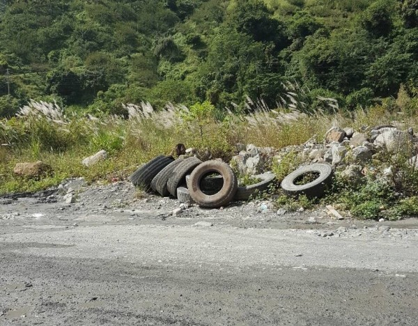 廢棄輪胎已堆到無處可放,被暫置在濁水溪畔。(記者鄭鴻達翻攝)