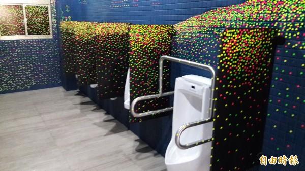 廁所有草間彌生大師!新竹市府推動新校園運動,進行廁所美學大改造,其中虎林國中8間廁所經過改造後,呈現不同風格,包括草間彌生的圓點圖案及粉紅和綠色圖案等,五星級廁所,讓每個學生都愛上廁所。(記者洪美秀攝)