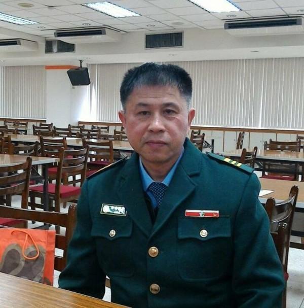 被網友封為神人的郵差其實是郵差稽查劉嘉桂,他在郵局服務已30多年,今年59歲的他先前都是負責士林區。(圖擷自臉書)