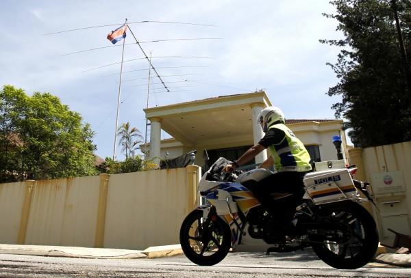 北韓駐大馬使館仍有警方駐守。(美聯社)
