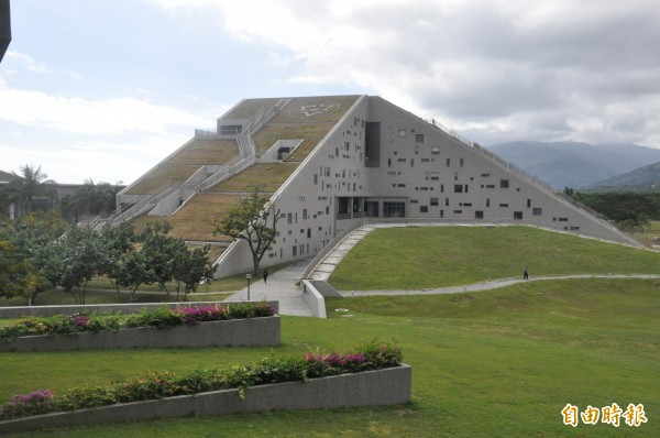 台東大學圖書資訊館像一座山,融入地景。(記者黃明堂攝)