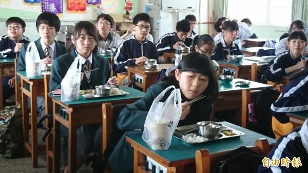 日本長野縣松川中學的學生來台,在鹿鳴國中與學生共進營養午餐,鹿鳴師生還特別買珍奶給日本學生品嘗。(記者劉曉欣攝)