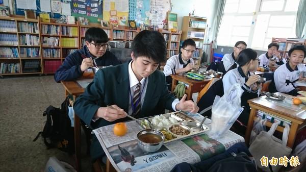 日本長野縣松川中學的學生來台,在鹿鳴國中與學生共進營養午餐。(記者劉曉欣攝)