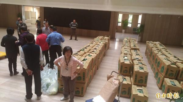 台中市警局長陳嘉昌認購150箱高麗菜今天運抵警局。(記者許國楨攝)