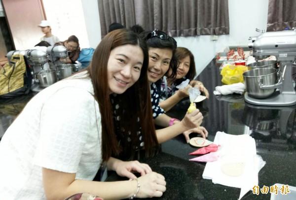 沙巴參訪團員體驗巧克力甜點製作。(記者楊金城攝)