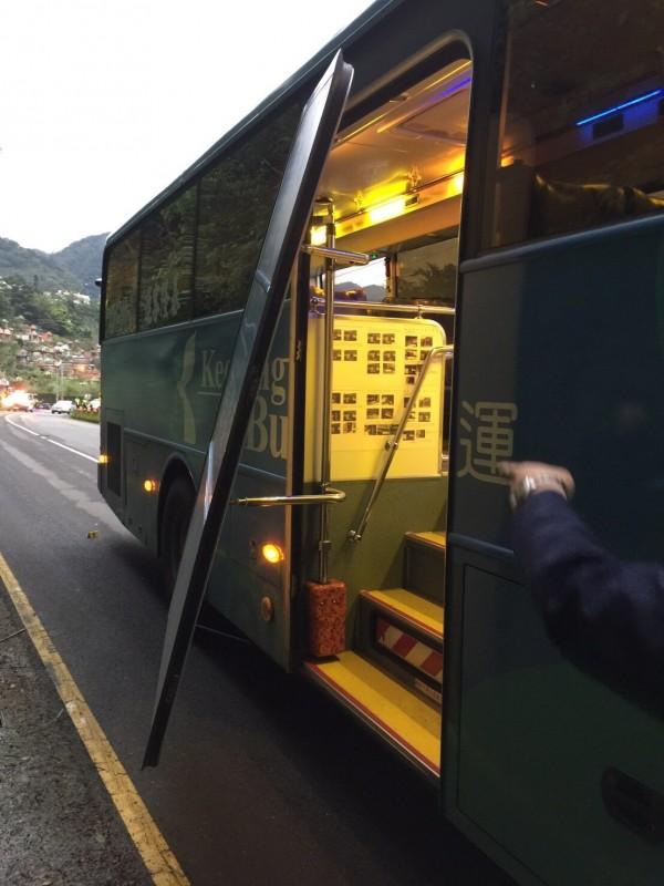 就讀基隆市國忠三年級女學生搭基隆客運返家時,公車後車門突然開啟,導致她摔落車下慘遭輾斃。(記者林嘉東翻攝)