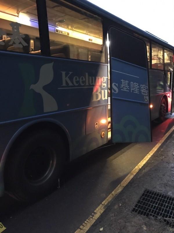 基隆客運公車後車門疑似故障突然開啟。(記者林嘉東翻攝)