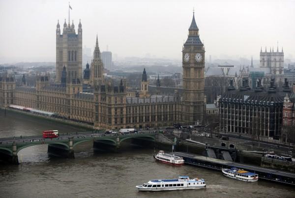 眼見兇嫌開車衝撞橋上民眾,有一名婦人在情急之下從橋上往下跳進泰晤士河中。示意圖。(歐新社)