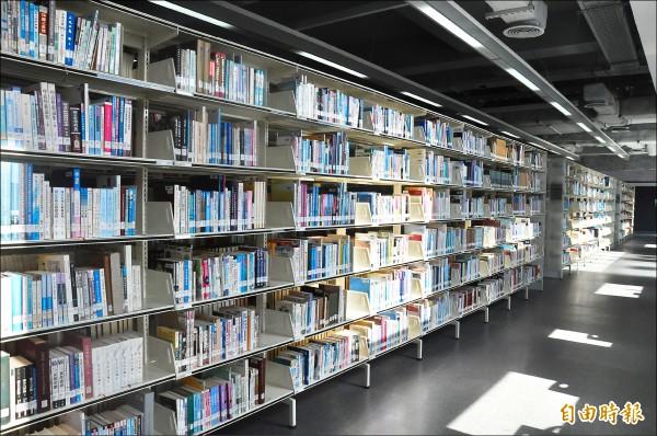 台東大學圖資館書庫像山中森林,牆上的小窗讓陽光穿透,好似書本正在行「光合作用」。(記者黃明堂攝)