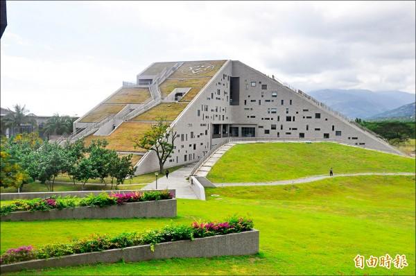 台東大學金字塔形圖資館,像一座山,也像打開的書本。(記者黃明堂攝)