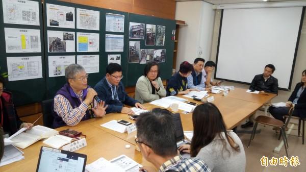 台北市都市發展局長林洲民(後排左3)上午召開記者會,再次澄清長安西路都更案拆除狀況。(記者黃建豪攝)