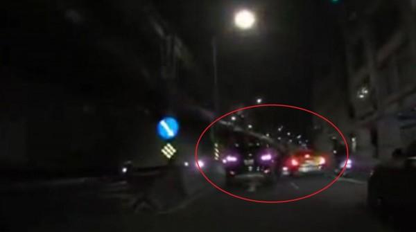 機車疑未打方向燈,與休旅車發生擦撞,波及一旁計程車。(記者陳薏云翻攝)