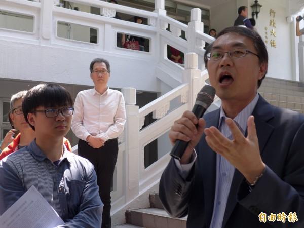 淡江大學學務長林俊宏(右)表示各項事務都在研擬中,無法給出任何承諾。(記者李雅雯攝)