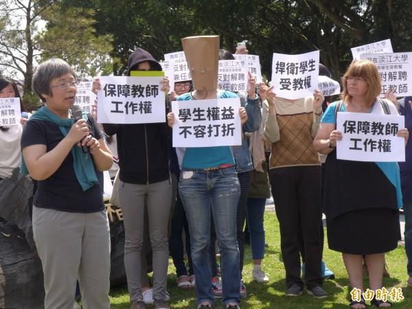 淡江大學英文學系副教授王慧娟(前左)講述校方解聘兼任教師後,專任教師根本不可能負擔共通英文課的窘境。(記者李雅雯攝)
