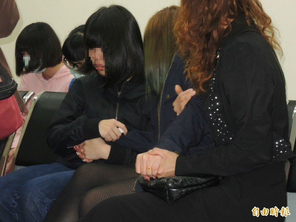 檢警今天上午相驗蘇女遺體,蘇女妹妹(左1)與母親(右2)十指緊扣,不時抱頭痛哭(右2)。(記者林嘉東攝)