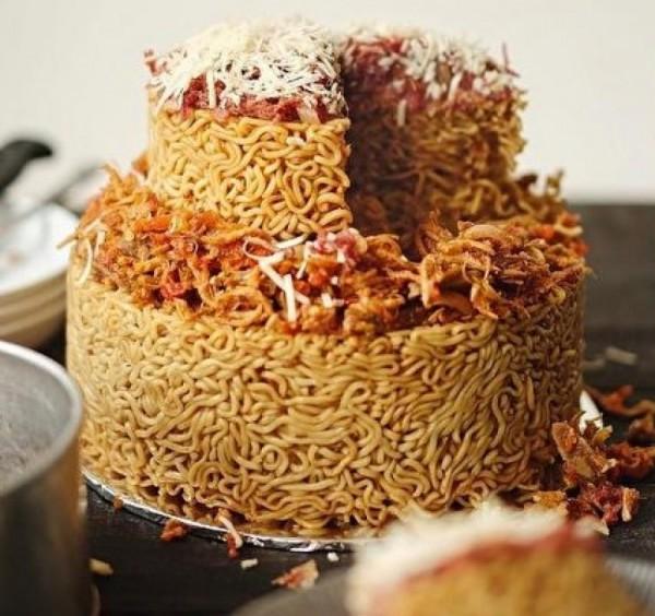 印尼餐廳推出創意料理「泡麵蛋糕」,特殊的口感與香氣成功征服消費者的味蕾。(圖擷自星洲網)