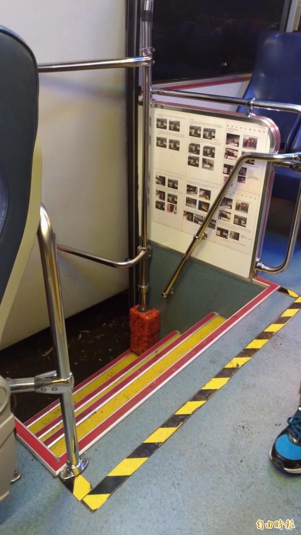 基隆客運內部均按規定畫設禁止站立區(黃黑線至門間)。(記者吳政峰攝)