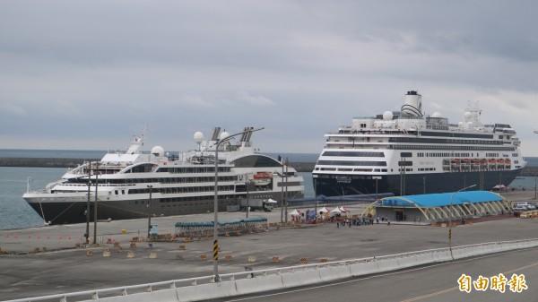 花蓮港今早首度同日有兩艘國際郵輪泊靠,來自法國籍的L'AUSTRAL「南冠號」、荷蘭籍VOLENDAM「華倫丹號」。(記者王錦義攝)