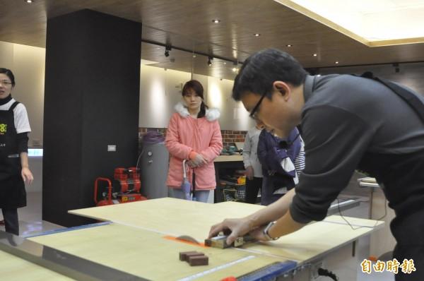 健行科技大學打造「WOOD MOOD木工坊」,鼓勵學生製作木器或創作木藝品。(記者周敏鴻攝)