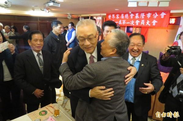前副總統吳敦義25日出席世界客屬總會基隆市分會活動,受到支持者熱情擁抱。(記者俞肇福攝)