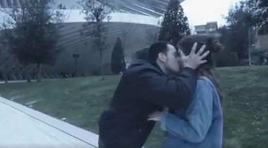 西班牙一名男子阿方索,假藉魔術名義隨機在路上攔截女子,等到對方答應閉眼配合魔術橋段後,便猛然強吻對方。(圖擷自twitter)
