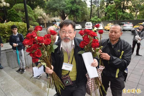 台灣陪審團協會理事長、司改委員張靜在會場內外發放玫瑰表達理念。(記者叢昌瑾攝)
