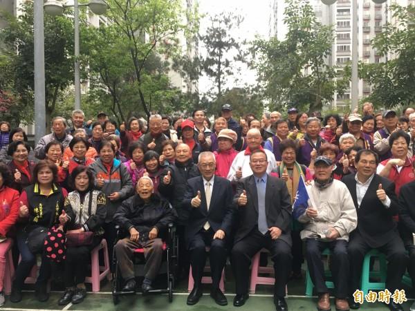 健華新城現有516住戶主要為眷村戶,吳敦義到訪時先參觀社區,緊接與在場約五百位民眾一同座談,高齡97歲的夏老先生也到現場。(記者聶瑋齡攝)