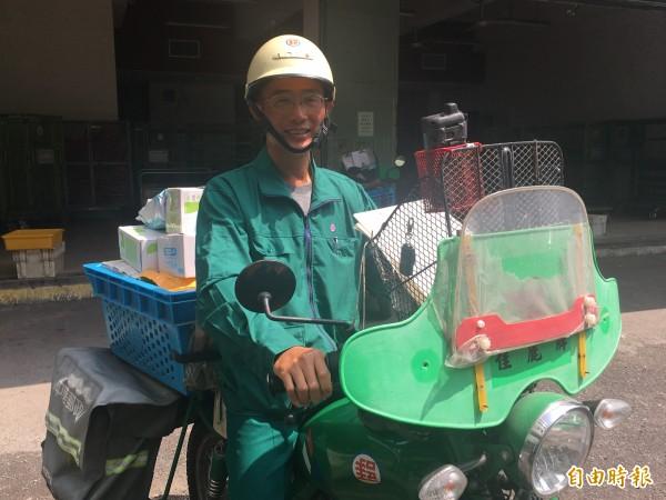 雲林北港郵局郵差黃厚銘送信途中發現路倒婦人上前關懷幫忙送醫還拿2000元給婦人應急用。(記者黃淑莉攝)