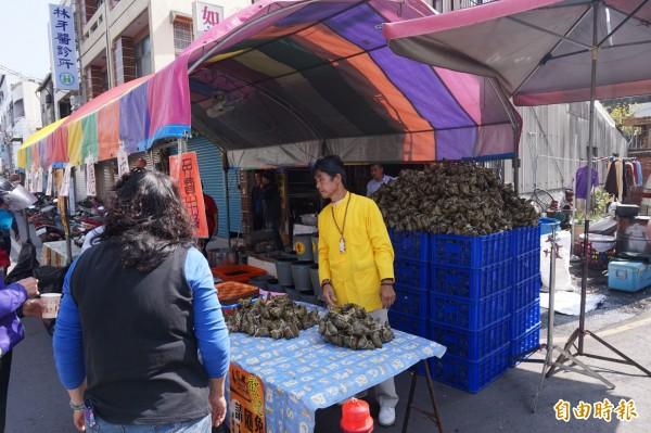 新港鄉親在自宅前擺設素粽等,讓民眾免費取用,素粽堆得像小山一座高。(記者曾迺強攝)