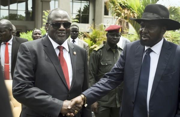 南蘇丹總統基爾(右)和副總統馬查爾(左)表面上交好,但私底下其實為了搶奪領土與石油控制權,兩派勢力相互角力,讓南蘇丹陷入內戰,人民有如置身地獄。(美聯社)