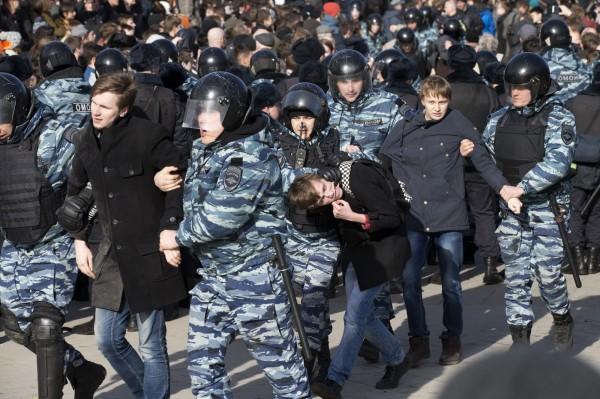 數以萬計的示威者於當地時間26日走上首都莫斯科街頭抗議,但在沒有經過政府允許下,總計有700多人遭到警方逮捕。(美聯社)