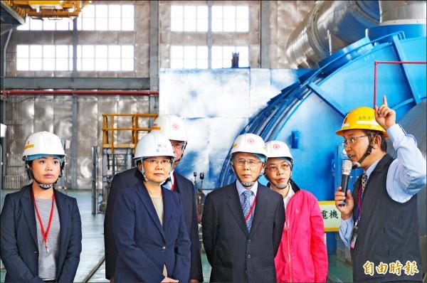 總統蔡英文(左二)昨在台電人員陪同下視察林口發電廠,有把握確保今年夏天供電穩定。(記者鍾麗華攝)