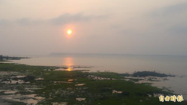 澎湖秋冬夕陽之美,值得遊客細細品味。(記者劉禹慶攝)