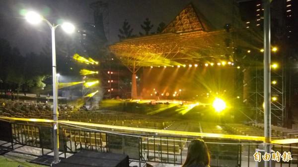 大安森林公園露天音樂台今晚進行燈光測試。(記者黃建豪攝)