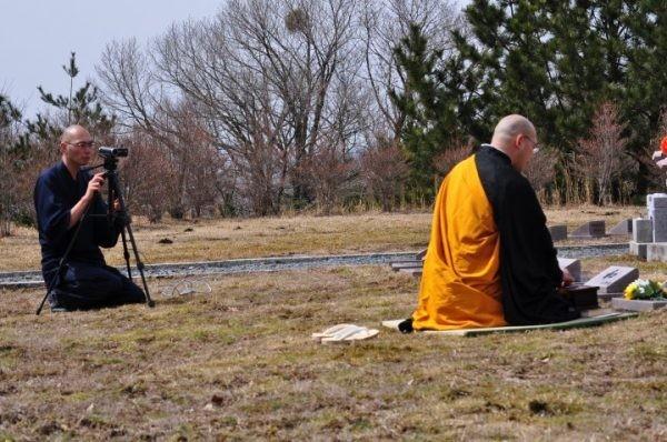 日本業者推出和尚代掃墓服務,讓人不用親自前往掃墓,也不會愧對祖先。(圖擷自twitter)