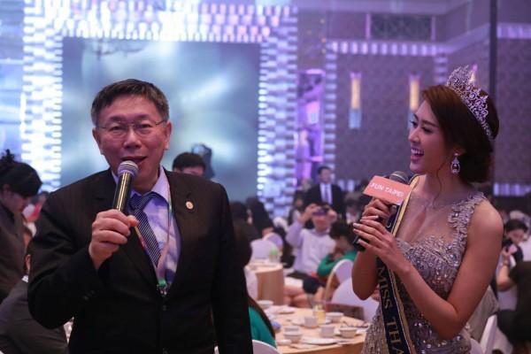 泰國小姐陳泰莉邀台北市長柯文哲合唱「月亮代表我的心」,兩人歡唱炒熱氣氛,現場賓客還鼓譟大喊安可,柯則尷尬婉拒。(北市府提供)