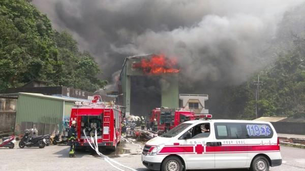 蘇澳一間造船工廠發生大火。(民眾提供)
