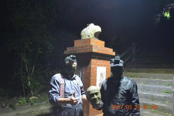 兩名男子與遭斬首的蔣像合照。(翻攝自臉書)