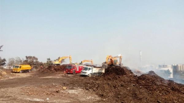 消防局、環保局29日出動4輛怪手挖掩埋物、水車3班射水降溫。(記者何宗翰翻攝)