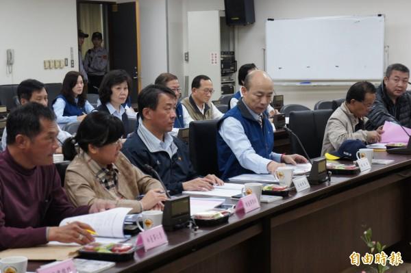 台北農產運銷公司總經理韓國瑜(圖前排右三)請辭獲准,將於4月正式離職,由主任秘書路全利(圖前排左三)暫代至5月底。(記者黃建豪攝)