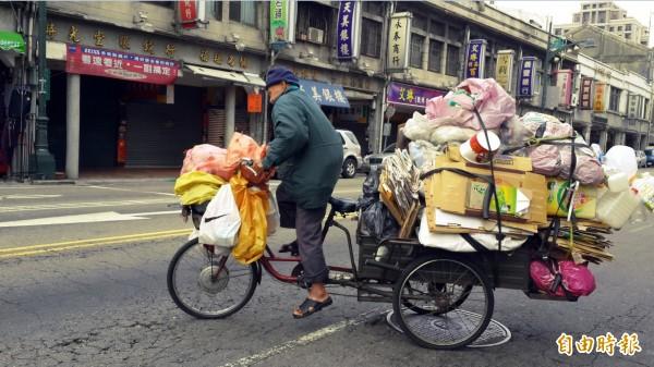 資源回收價持續下跌,拾荒戶收入一天收入只剩80幾元。(記者蔡淑媛攝)