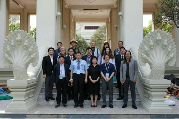 柯文哲出訪東南亞今天邁入第4天,受邀到「泰國台大」朱拉隆功大學劇場聽取簡介。(北市府提供)