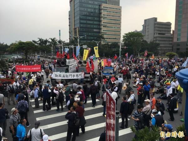 抗議年金改革的群眾,集體占據忠孝東路、中山南路口。(記者鄭鴻達攝)