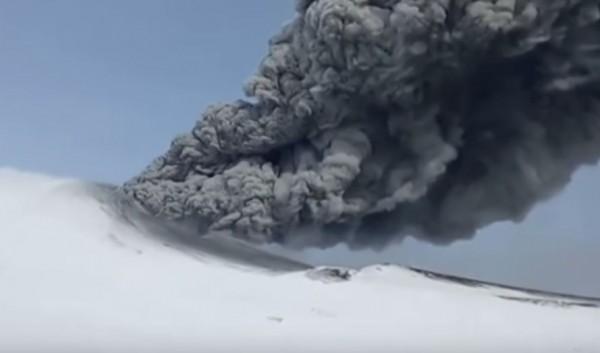 俄羅斯坎巴利內火山於24日晚間突然爆發,噴出高達8公里的火山灰,讓當地科學研究人員都嚇了一跳。(圖截自YouTube)