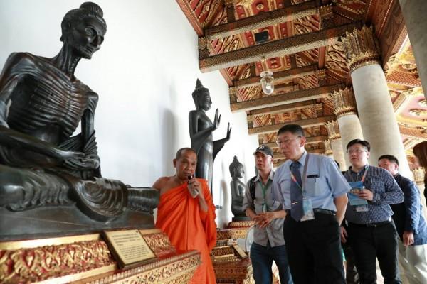 台北市長柯文哲今一早前往泰國大理寺參觀。(北市府提供)