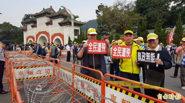 退休軍警消前往忠烈祠抗議。(記者劉信德攝)